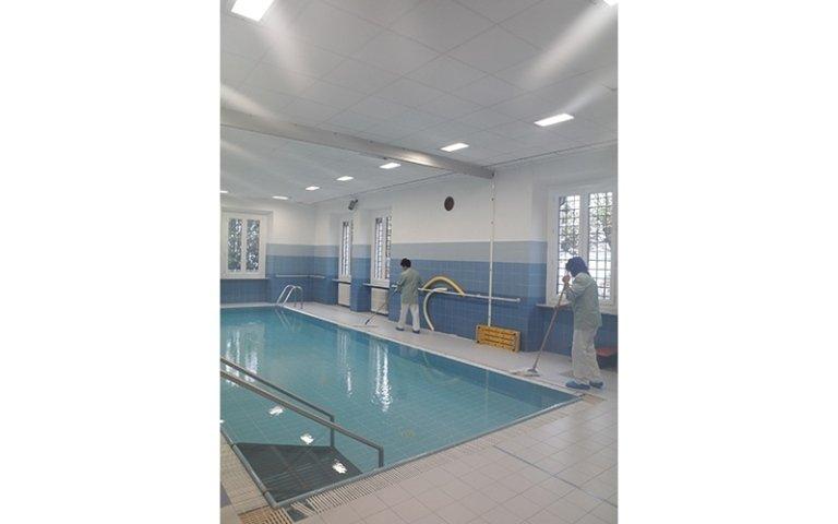 due addetti durante la pulizia di una piscina