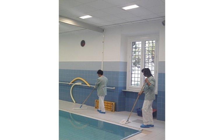 due addetti al servizio di pulizia piscine