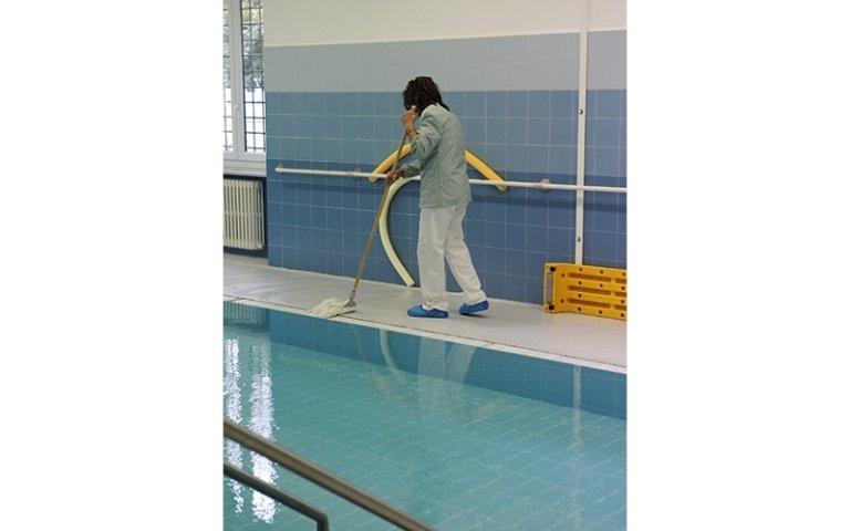 addetta al servizio della pulizia della piscina