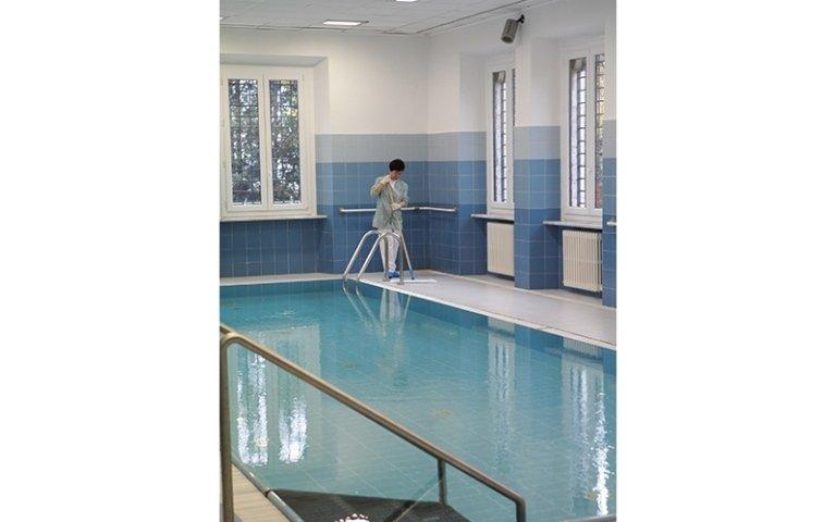 addetta alla pulizia piscine