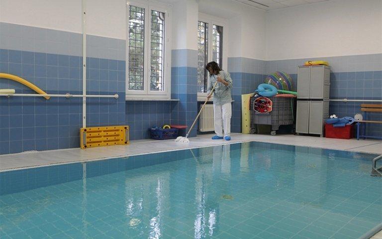 addetta al servizio di pulizia piscine