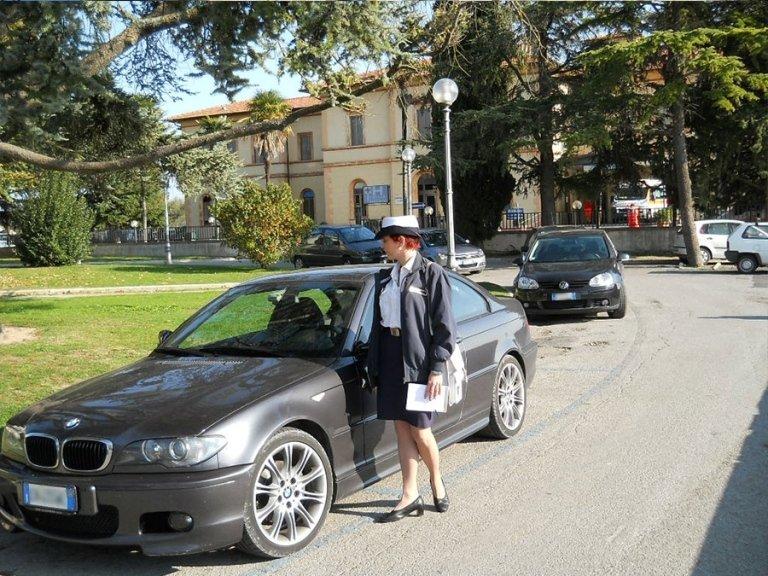 addetto al controllo auto nei parcheggi