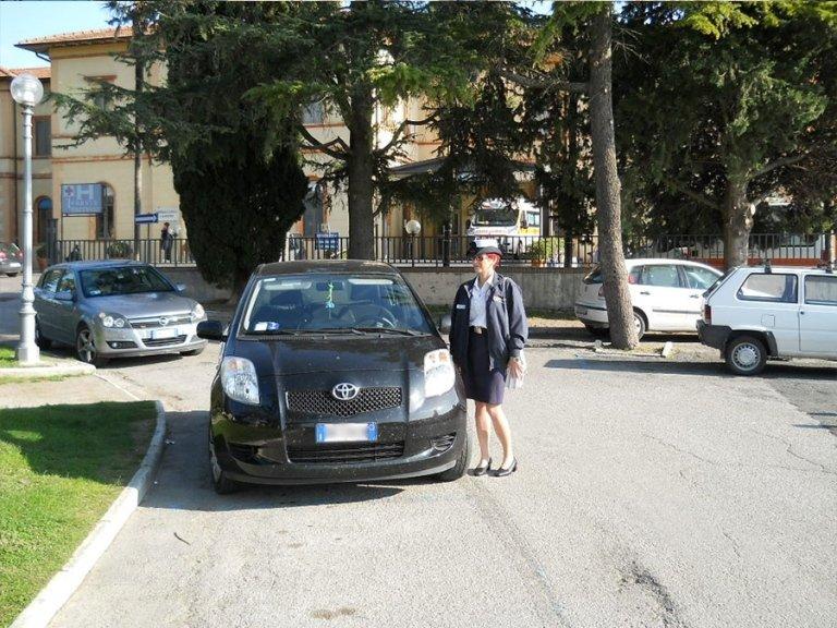 socia cooperativa controlla auto nei parcheggi