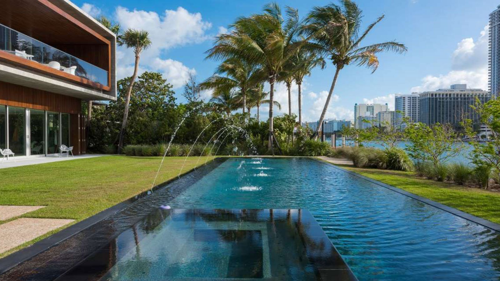 piscina di lusso con getti d'acqua