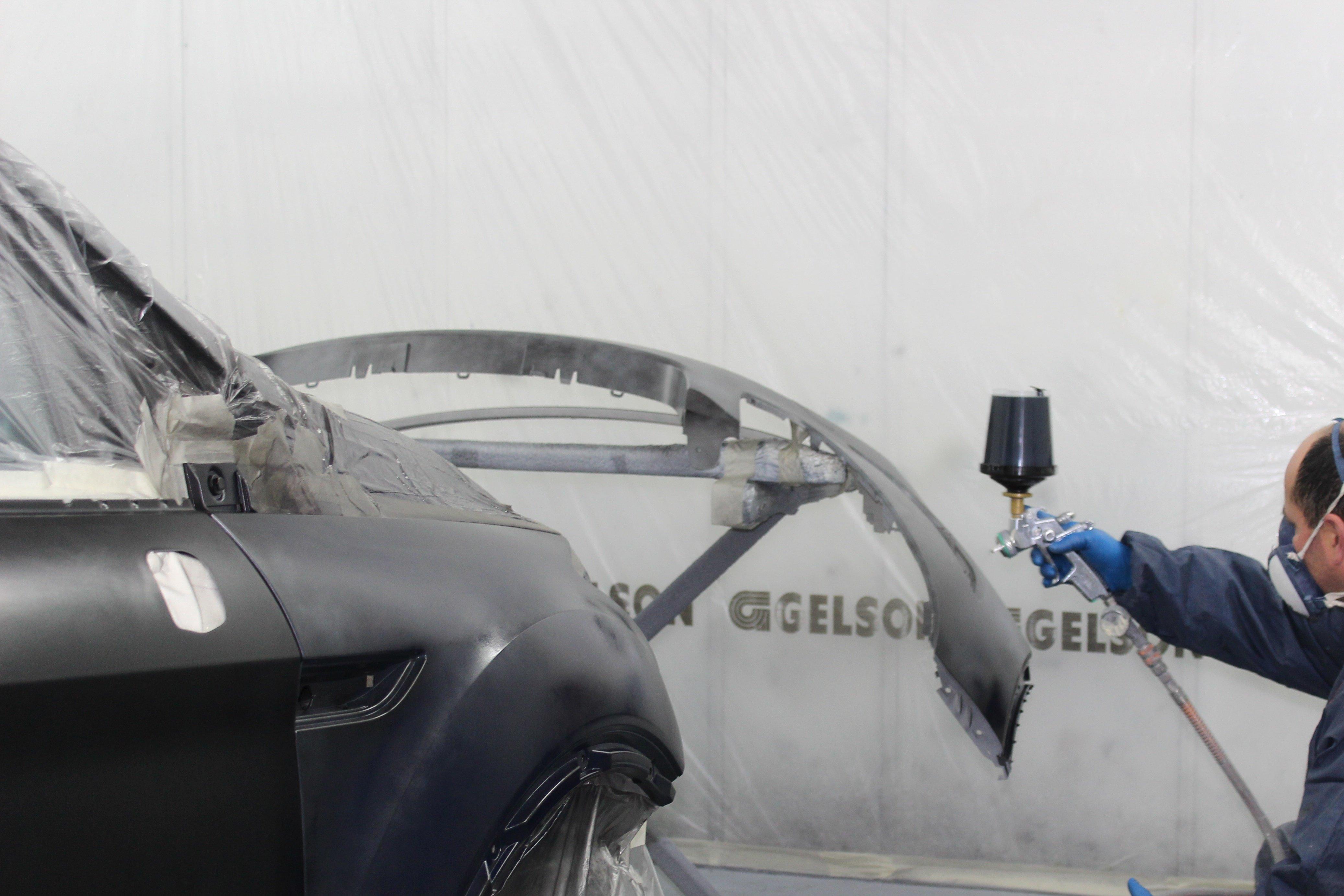 Carrozzeria di un'auto in fase di verniciatura