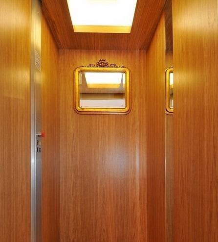 cabina rivestita in legno