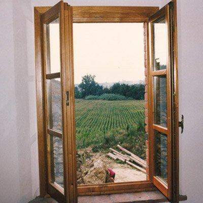 finestra in legno e vetro