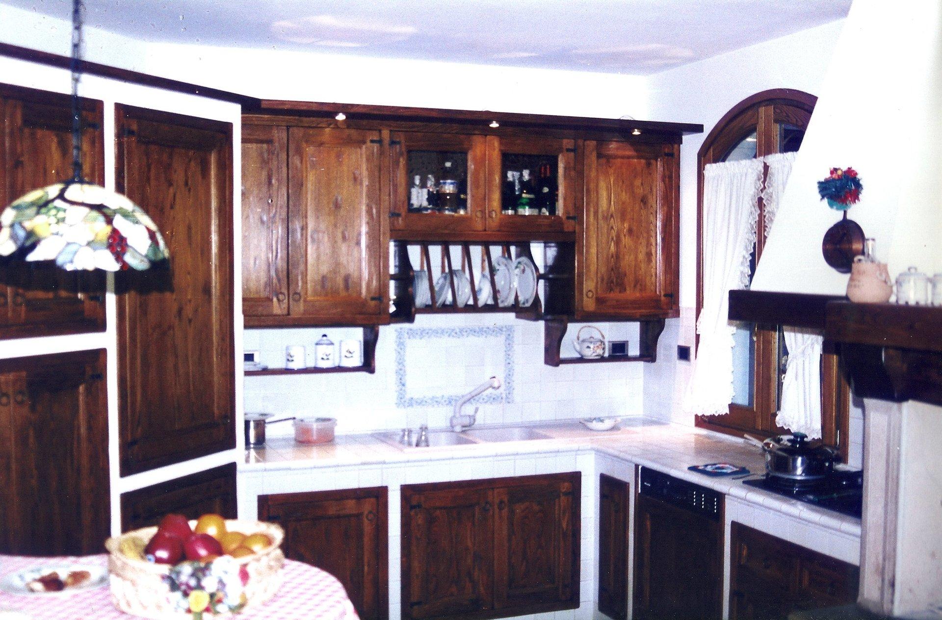 cucina su misura in legno massello e ceramica