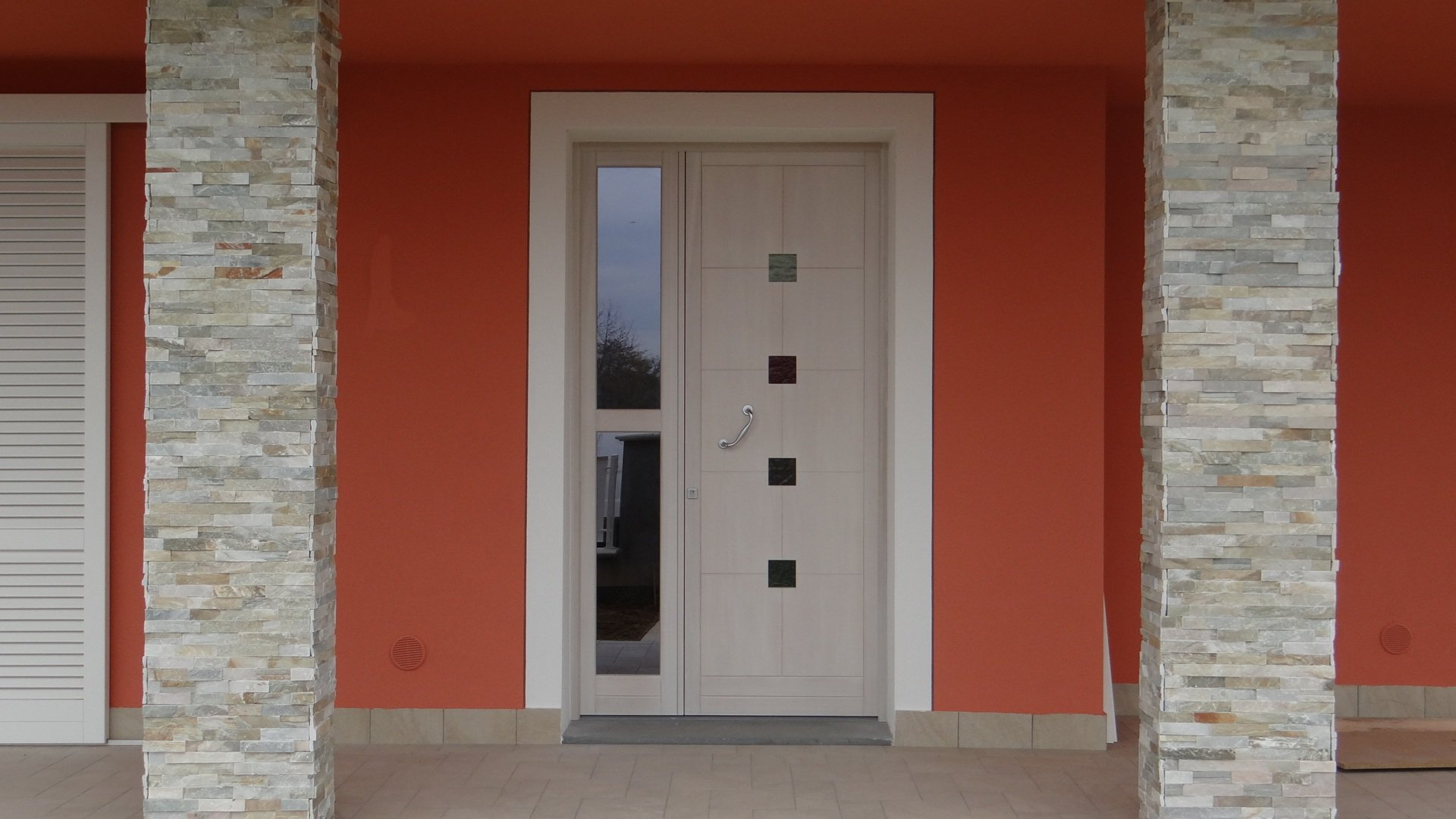 porta esterna in legno laccato con finestrelle verticali