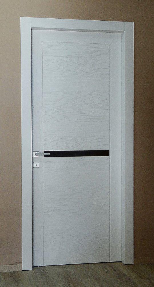 porta in legno e stile moderno con fantasia nera centrale