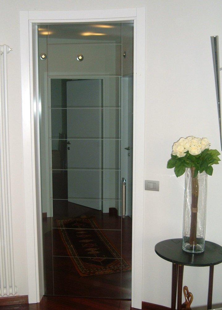 porta d'ingresso in vetro con maniglia in acciaio