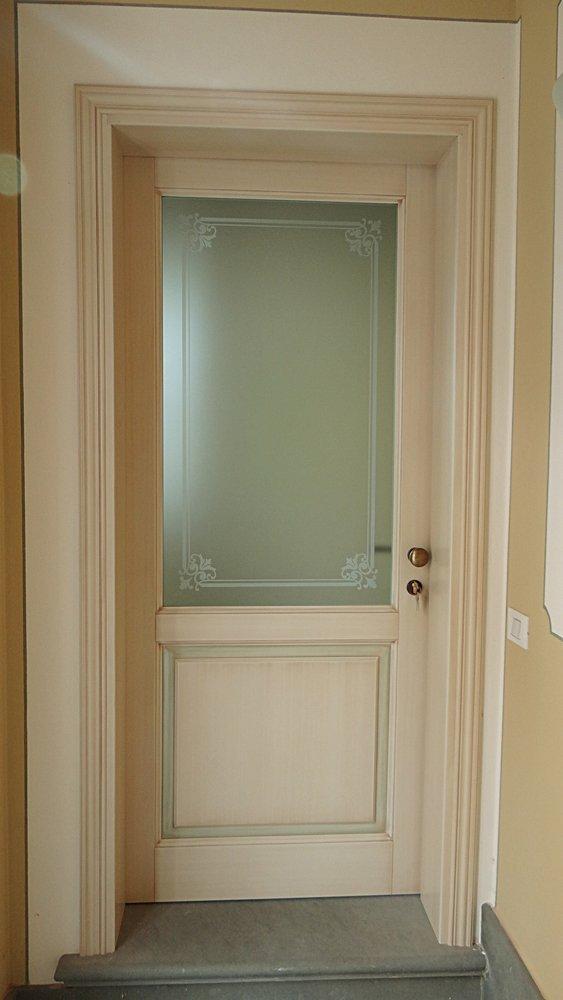 porta in stile classico con vista a vetro