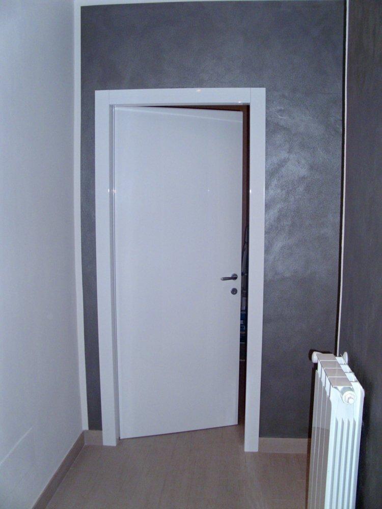 porta d'ingresso in stile moderno e in legno