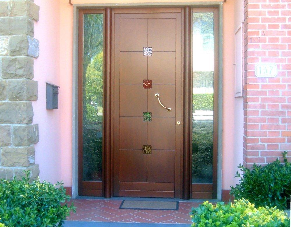 porta in stile moderno con dettagli in vetro colorato