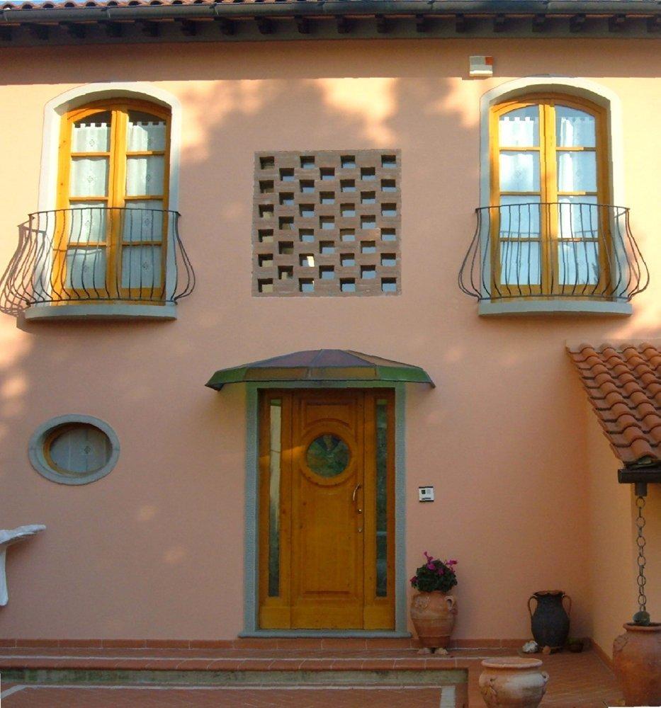 facciata di villa con ingresso in legno massello