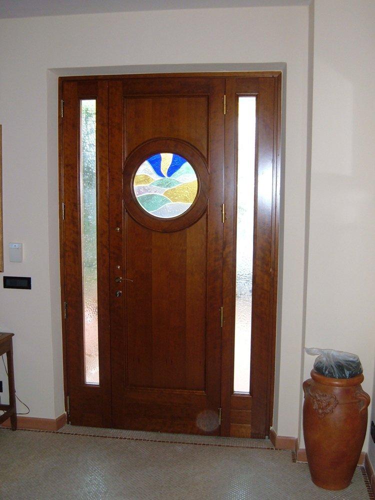 porta in legno trattato con finestra oblò