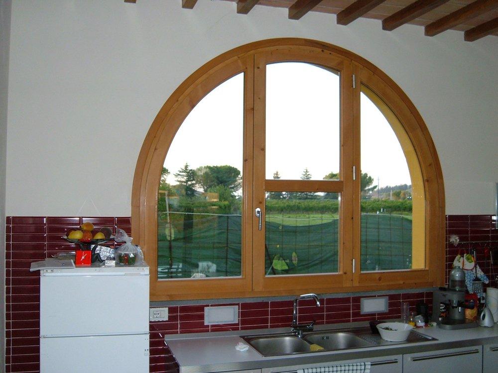 finestra di cucina a mezzaluna