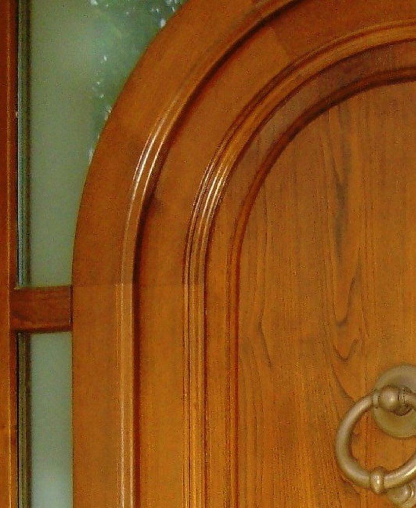 dettaglio di porta massello in stile classico