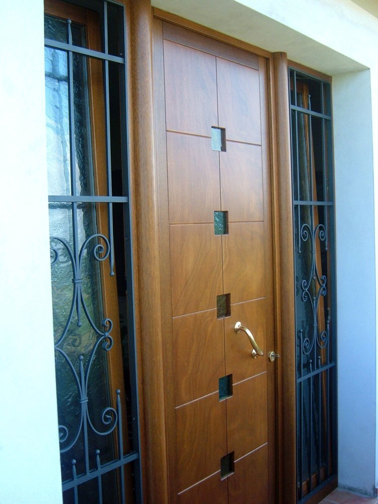 porta in legno laccato con finestre in vetro verticali