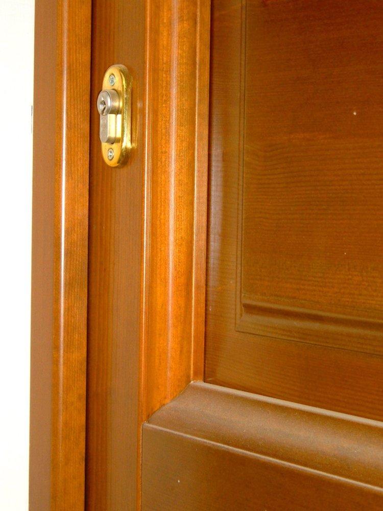dettaglio infisso di porta in legno massello