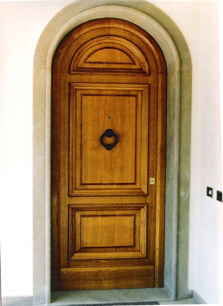 porta in legno massello con maniglia per bussare