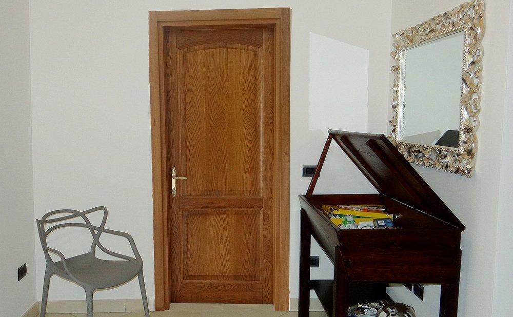 porta comune in legno