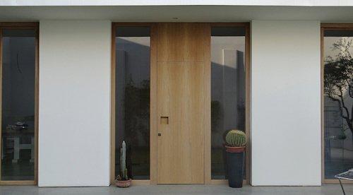 porta esterna con parete bianca