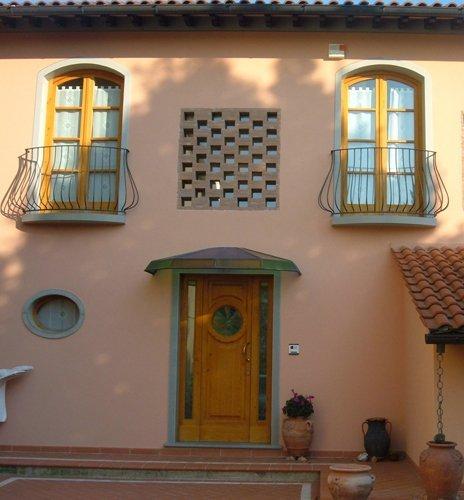 vista esterna di una casa con finestre e porta