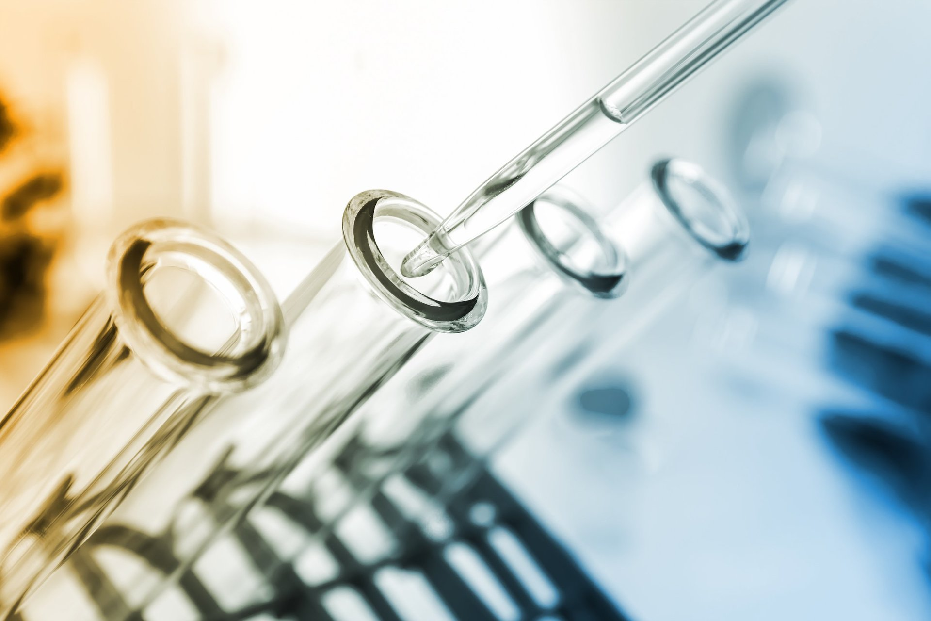 Scientifico preparando campioni con un contagocce