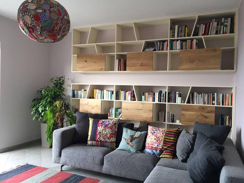 salotto con libreria in legno