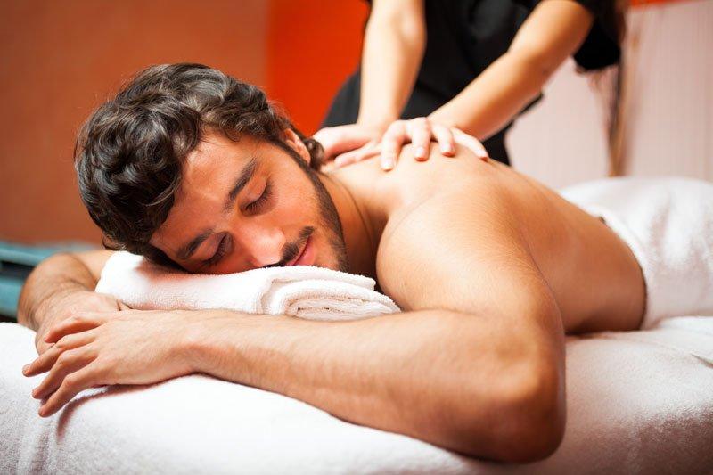 uomo disteso riceve massaggio alle spalle