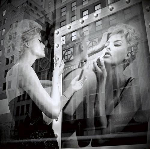 foto vintage di una donna che mette il rossetto