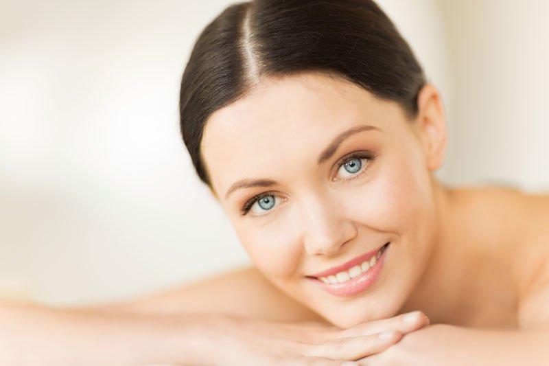 volto di donna con occhi azzurri