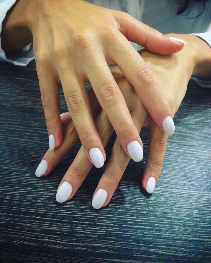 smalto bianco su unghia
