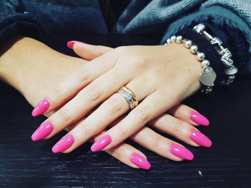 mani con unghia colorate