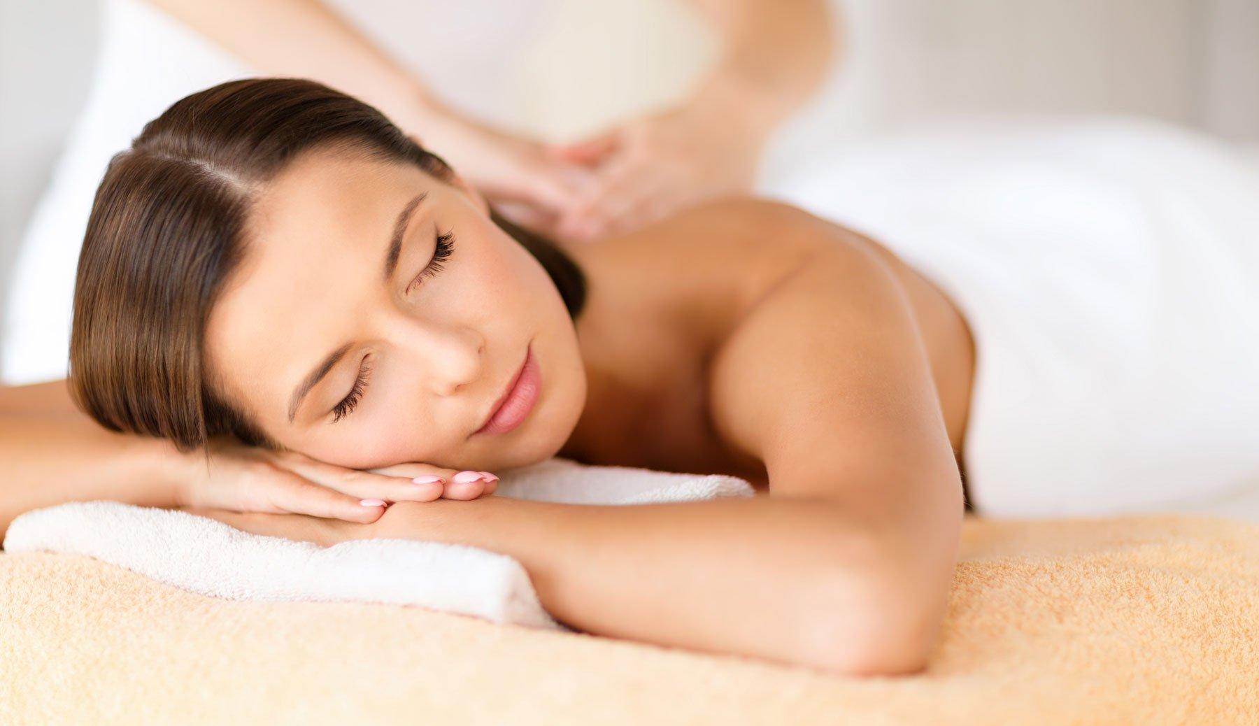 donna distesa che riceve un massaggio