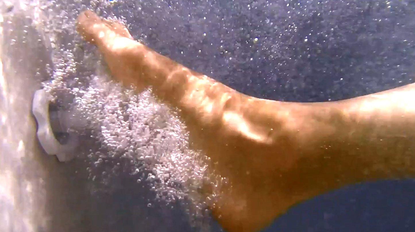 นวดฝ่าเท้าไปพร้อมกับการแช่น้ำร้อน ในอ่างน้ำจากุซซี่ อ่างน้ำสปา INTEX เพื่อสุขภาพและความผ่อนคลาย ความร้อนของอุณหภมูิน้ำ ระบบนวดแรงดันน้ำ และแรงพยุงตัวของน้ำ ผสานการนวดเฉพาะบริเวณฝ่าเท้า ด้วยการใช้แรงดันน้ำ