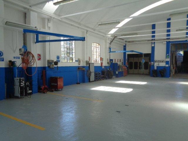 sala interna per riparazioni auto della carrozzeria Nuova Spram