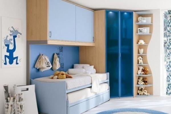 Camera da letto bianca e azzurra