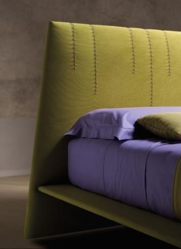 Letto giallo e viola
