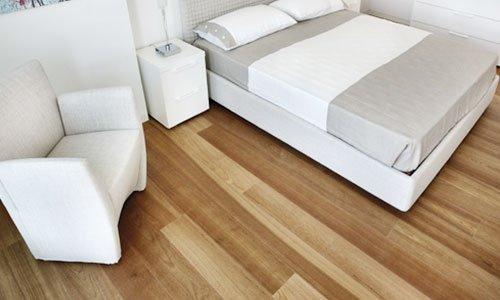 una camera con pavimento in parquet