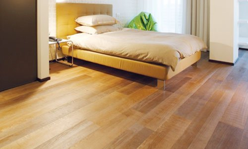 vista di un letto e un pavimento in parquet
