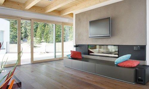 una sala moderna con vista di un acquario e una tv a muro