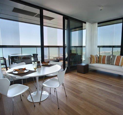 vista di un salotto con un tavolo, un divano e un pavimento in parquet
