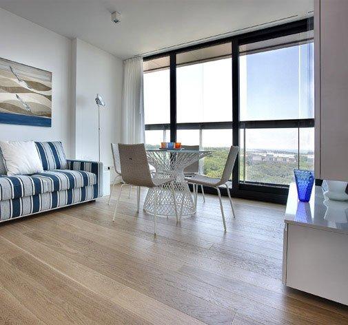 un salotto con vista di un divano, un tavolo e un pavimento in parquet