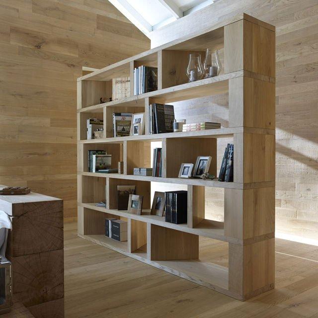 una libreria in legno e un pavimento in parquet