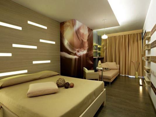 una camera da letto moderna con un pavimento in parquet
