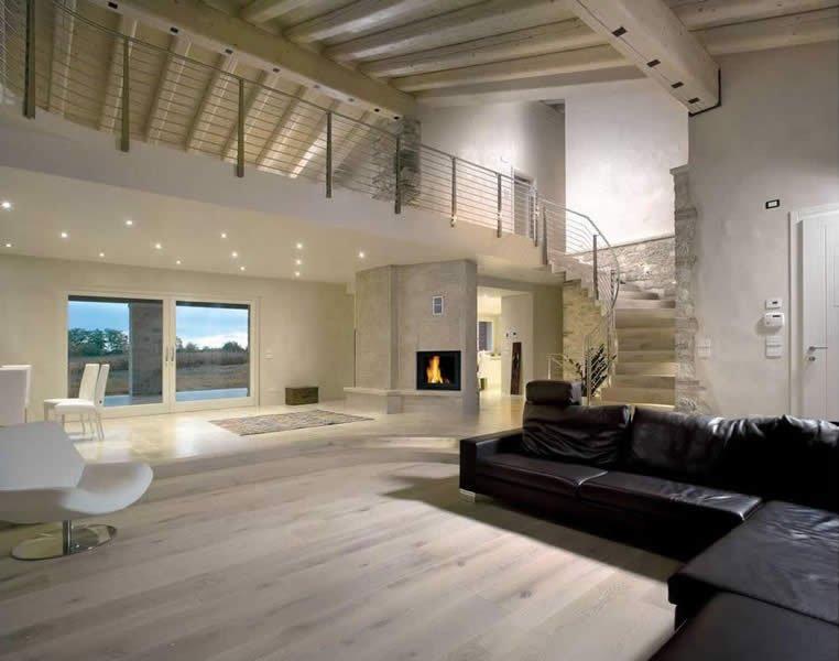 vista di un appartamento moderno con un pavimento in parquet