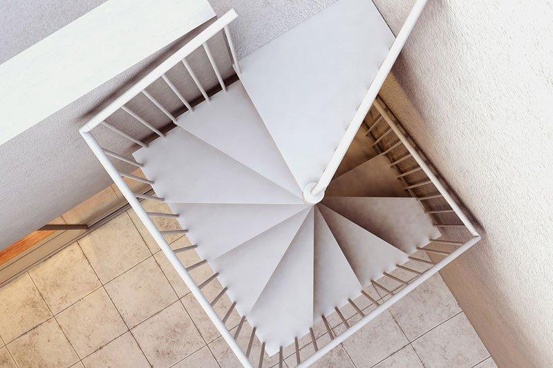 vista dall'alto verso il basso delle scale
