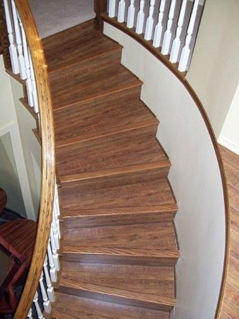 dei gradini in legno di una scala